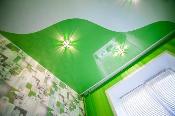натяжной потолок зеленый с белым
