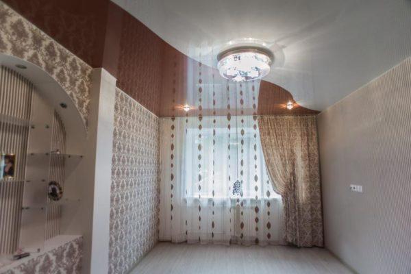 коричнево-белый натяжной потолок