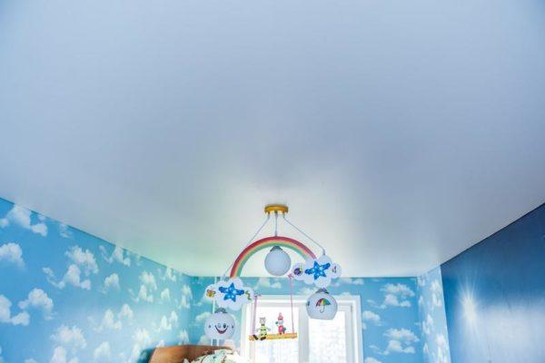 натяжной потолок светло-голубой