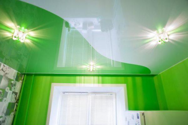 натяжной потолок зелено-белый