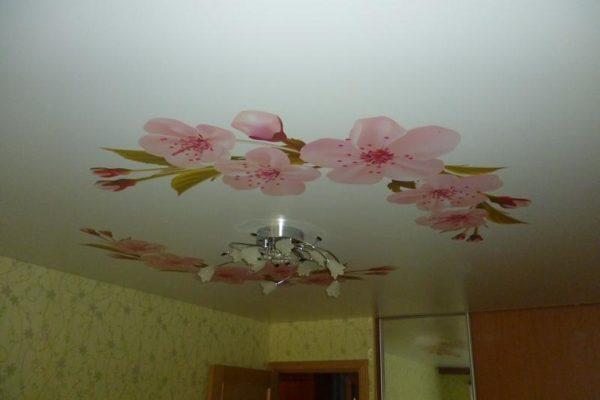 натяжной потолок с цветами вид 4