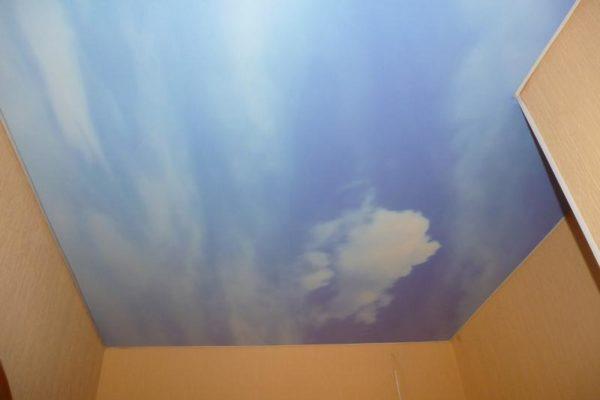 натяжной потолок цвета неба