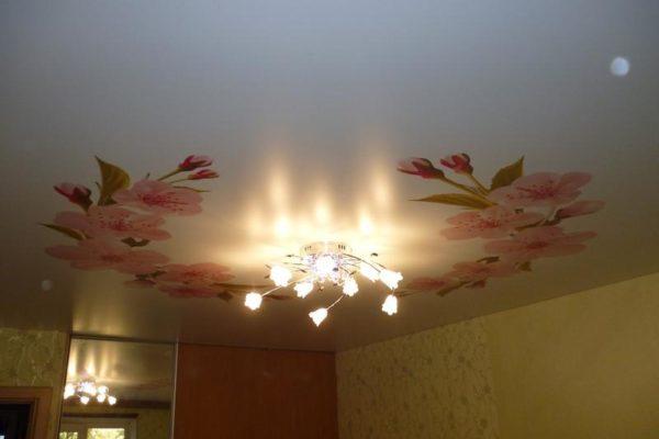 натяжной потолок розовый потолок