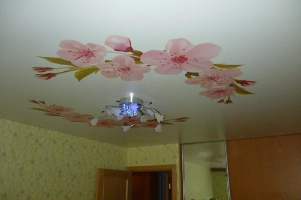 натяжной потолок с розовыми цветами