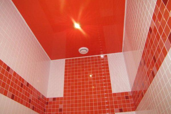 красный натяжной потолок в туалете