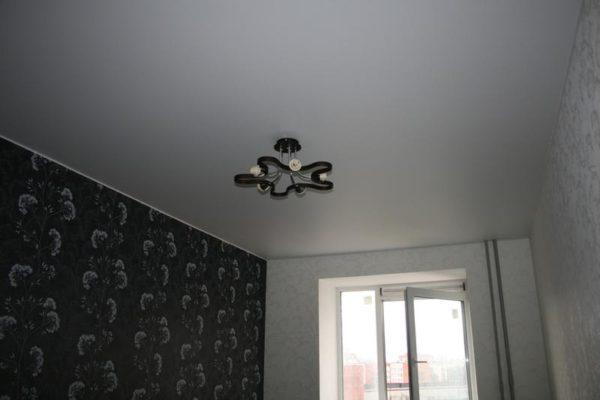 темные натяжной потолок