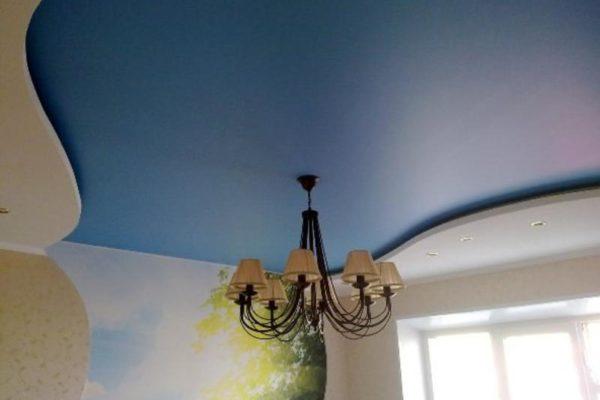 голубой натяжной потолок с люстрой