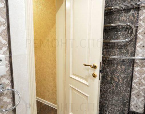 белые двери в ванной комнате