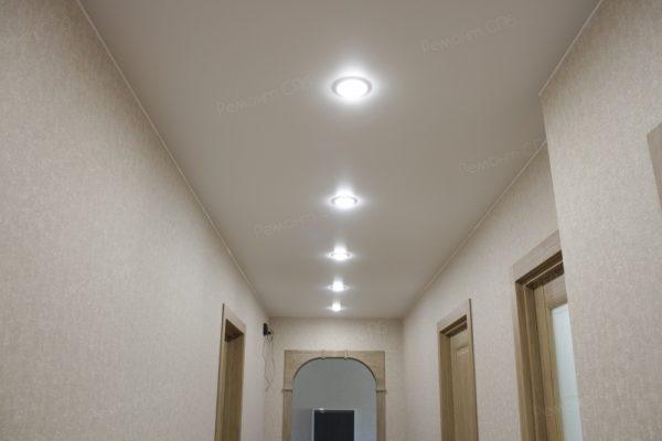 фото капитального ремонта квартиры на ул. Кустодиева д.12 натяжной потолок в прихожей