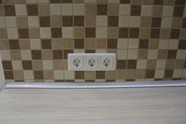 фото капитального ремонта квартиры на ул. Кустодиева д.12 установка розеток на кухне