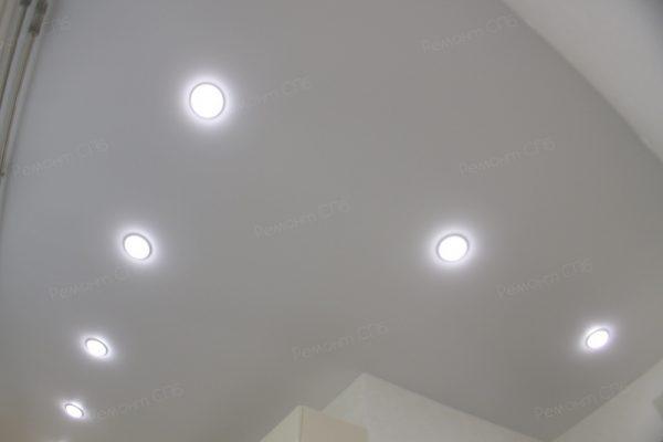 фото капитального ремонта квартиры на ул. Кустодиева д.12 точечные светильники