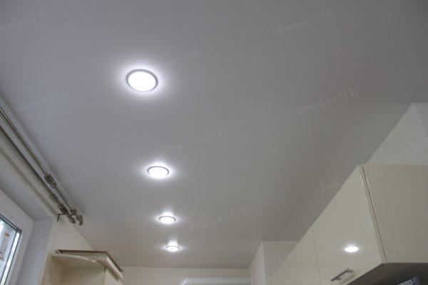 фото капитального ремонта квартиры на ул. Кустодиева д.12 точечное освещение на кухне