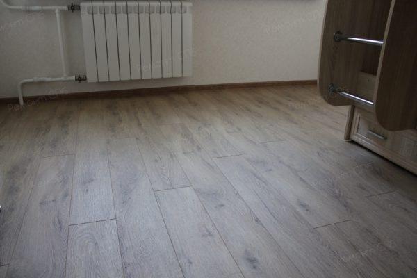 фото капитального ремонта квартиры на ул. Кустодиева д.12 напольное покрытие в детской